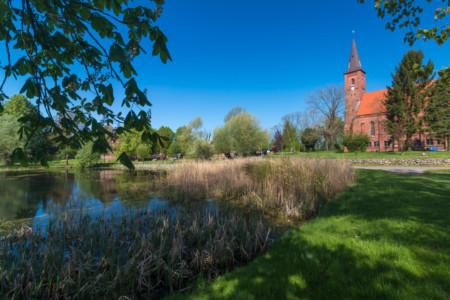 Dorfteich in Wittenförden im Hintergrund die Dorfkirche