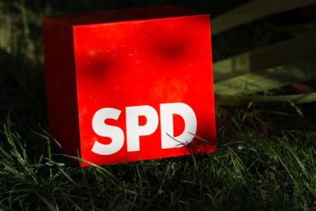 Roter Würfel mit dem weißen Logo SPD