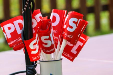 Kleine Papierfähnchen mit dem SPD Logo