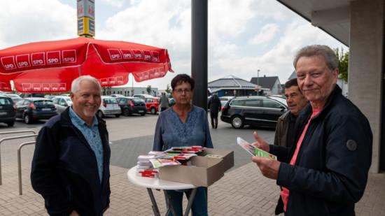 Vier Mitglieder des Ortsvereins stehen an einem Wahlkampfstand