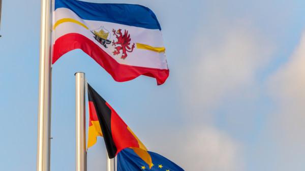 Wehende Flaggen Mecklenburg-Vorpommerns, deutschlands und der EU